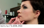 Купить «Стилист делает макияж губ», видеоролик № 5694350, снято 10 февраля 2014 г. (c) Иван Артемов / Фотобанк Лори