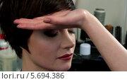 Купить «Стилист делает прическу девушке с короткими волосами», видеоролик № 5694386, снято 10 февраля 2014 г. (c) Иван Артемов / Фотобанк Лори