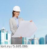 Купить «Молодая девушка инженер в каске на фоне современного мегаполиса», фото № 5695086, снято 19 января 2014 г. (c) Syda Productions / Фотобанк Лори