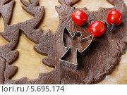 Купить «Подготовка рождественских пряников с помощью формочек», фото № 5695174, снято 20 февраля 2019 г. (c) BE&W Photo / Фотобанк Лори