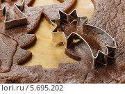 Купить «Подготовка рождественского печенья с помощью формочек», фото № 5695202, снято 20 марта 2019 г. (c) BE&W Photo / Фотобанк Лори