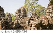 Купить «Руины старого храма XII века. Камбоджа, Ангкор», видеоролик № 5696454, снято 31 января 2014 г. (c) pzAxe / Фотобанк Лори