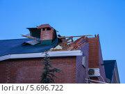 Купить «Сорванная крыша дома после норд-оста в Геленджике», фото № 5696722, снято 8 февраля 2012 г. (c) Ерохин Валентин / Фотобанк Лори
