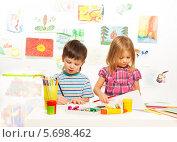 Купить «Мальчик и девочка рисуют в детском саду», фото № 5698462, снято 23 ноября 2013 г. (c) Сергей Новиков / Фотобанк Лори