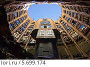 Внутренний колодец в Доме Мила. Вид снизу. Барселона (2013 год). Редакционное фото, фотограф Сергей Якуничев / Фотобанк Лори