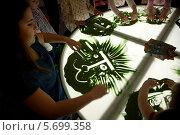 Купить «Художник обучает детей искусству создания картин с помощью песка на специальном столе в Первой детской медиалаборатории», фото № 5699358, снято 10 марта 2014 г. (c) Николай Винокуров / Фотобанк Лори