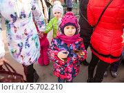 Купить «Девочка среди толпы с блином и стаканчиком чая во время Масленицы», фото № 5702210, снято 28 февраля 2014 г. (c) Кекяляйнен Андрей / Фотобанк Лори