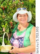 Купить «Женщина собирает  малину», эксклюзивное фото № 5703910, снято 1 июля 2011 г. (c) Юрий Морозов / Фотобанк Лори