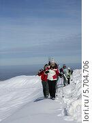 Купить «лыжники идут по горному хребту», фото № 5704706, снято 17 февраля 2009 г. (c) Phovoir Images / Фотобанк Лори