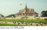 Купить «Королевский дворец, павильон Moonlight в Пном Пень, Камбоджа», видеоролик № 5705270, снято 19 февраля 2014 г. (c) pzAxe / Фотобанк Лори