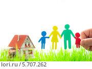 Семья из разноцветных бумажных человечков. Стоковое фото, фотограф yarruta / Фотобанк Лори
