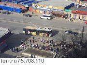 Купить «Троллейбус подъезжает к остановке с людьми, Матросская улица, г. Подольск, Московская область», эксклюзивное фото № 5708110, снято 13 марта 2014 г. (c) Яна Королёва / Фотобанк Лори