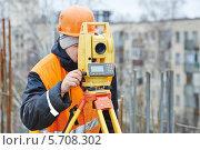 Купить «Инженер работает с теодолитом», фото № 5708302, снято 18 февраля 2014 г. (c) Дмитрий Калиновский / Фотобанк Лори