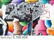 Молодой человек рисует граффити. Редакционное фото, фотограф Гуляева Юлия / Фотобанк Лори