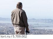 Мужчина турист фотографирует город Сан-Франциско со смотровой площадки института Беркли. Стоковое фото, фотограф Гуляева Юлия / Фотобанк Лори