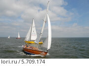 Деревянная, реритетная  яхта под парусом. Балтийское море. Редакционное фото, фотограф Svet / Фотобанк Лори