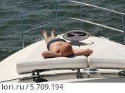 Молодой мужчина загорает на носу яхты. Стоковое фото, фотограф Svet / Фотобанк Лори