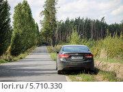 Черный автомобиль на обочине проселочной дороги перед зеленым лесом (2013 год). Редакционное фото, фотограф Дмитрий Романенко / Фотобанк Лори