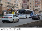 Купить «Автобус с эмблемой Олимпиады в Сочи и автомобили едут по городу», эксклюзивное фото № 5711286, снято 15 марта 2014 г. (c) Наталья Горкина / Фотобанк Лори