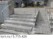 Купить «Удобная и доступная среда для всех жителей города. Пандус для колясочников», эксклюзивное фото № 5715426, снято 17 марта 2014 г. (c) Svet / Фотобанк Лори