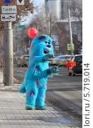 Бирюзовый монстр Салли голосует (2013 год). Редакционное фото, фотограф Анатолий Матвейчук / Фотобанк Лори