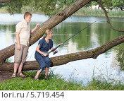 Купить «Молодая женщина и подросток на рыбалке у озера», фото № 5719454, снято 31 июля 2011 г. (c) Куликов Константин / Фотобанк Лори