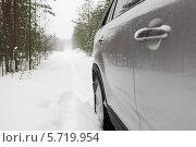 Автомобиль на заснеженной лесной дороге, вид сбоку. Стоковое фото, фотограф Кекяляйнен Андрей / Фотобанк Лори