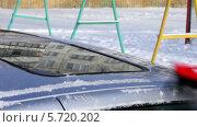 Купить «Чистка автомобиля от снега», видеоролик № 5720202, снято 10 февраля 2014 г. (c) Иван Артемов / Фотобанк Лори