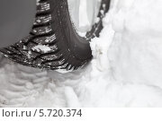 Купить «Колесо автомобиля с зимней резиной на снегу», фото № 5720374, снято 22 февраля 2014 г. (c) Кекяляйнен Андрей / Фотобанк Лори