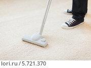 Уборка пыли и загрязнений с коврового покрытия с помощью пылесоса. Стоковое фото, фотограф Syda Productions / Фотобанк Лори
