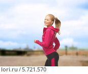 Купить «Радостная привлекательная девушка на пробежке», фото № 5721570, снято 23 марта 2013 г. (c) Syda Productions / Фотобанк Лори