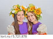 Купить «Девушки близнецы в национальных костюмах и венках на голове», фото № 5721878, снято 9 ноября 2013 г. (c) Георгий Хрущев / Фотобанк Лори