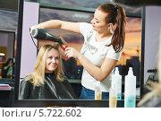 Купить «Парикмахер за работой», фото № 5722602, снято 13 марта 2014 г. (c) Дмитрий Калиновский / Фотобанк Лори