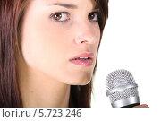 Купить «портрет красивой девушки с микрофоном, крупный план», фото № 5723246, снято 29 марта 2010 г. (c) Phovoir Images / Фотобанк Лори