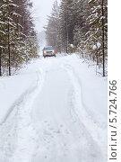 Купить «Зимняя дорога в лесу с только что выпавшим снегом», фото № 5724766, снято 22 февраля 2014 г. (c) Кекяляйнен Андрей / Фотобанк Лори