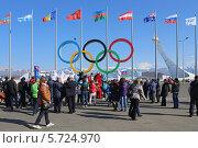 Купить «Туристы у олимпийских колец зимней Олимпиады в Сочи», эксклюзивное фото № 5724970, снято 10 февраля 2014 г. (c) Алексей Гусев / Фотобанк Лори