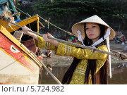 Купить «Девушка в национальной вьетнамской одежде Аозай», фото № 5724982, снято 19 января 2014 г. (c) макаров виктор / Фотобанк Лори