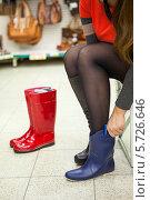 Купить «Покупатель выбирает резиновые сапоги в магазине», фото № 5726646, снято 14 февраля 2014 г. (c) Кекяляйнен Андрей / Фотобанк Лори
