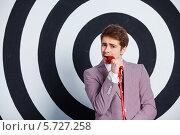 Купить «Певец с красным микрофоном», фото № 5727258, снято 21 марта 2014 г. (c) Максим Топчий / Фотобанк Лори