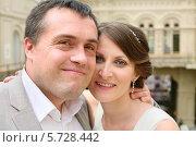 Купить «Счастливые новобрачные», фото № 5728442, снято 10 мая 2013 г. (c) Losevsky Pavel / Фотобанк Лори