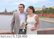 Купить «Счастливая молодая пара стоит на фоне Кремля. Жених и невеста», фото № 5728450, снято 10 мая 2013 г. (c) Losevsky Pavel / Фотобанк Лори