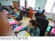 Купить «Женщины в униформе работают в офисе таможни 28 февраля 2013 г.  Москва, Россия», фото № 5728530, снято 28 февраля 2013 г. (c) Losevsky Pavel / Фотобанк Лори