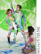 Купить «Трое людей, перепачканные разноцветными красками», фото № 5728542, снято 11 мая 2013 г. (c) Losevsky Pavel / Фотобанк Лори