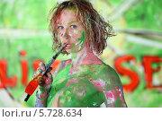 Купить «Полуобнаженная девушка в пятнах краски держит кисточку во рту», фото № 5728634, снято 11 мая 2013 г. (c) Losevsky Pavel / Фотобанк Лори
