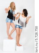 Купить «Веселые девушки стоят на белых кубах в студии», фото № 5728750, снято 4 марта 2013 г. (c) Losevsky Pavel / Фотобанк Лори