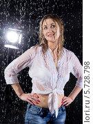 Купить «Красивая мокрая девушка под брызгами воды в студии с софитами», фото № 5728798, снято 4 марта 2013 г. (c) Losevsky Pavel / Фотобанк Лори