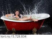 Купить «Веселая девушка в красной ванне с брызгами воды», фото № 5728834, снято 4 марта 2013 г. (c) Losevsky Pavel / Фотобанк Лори