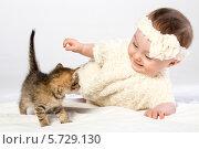 Купить «Маленькая девочка играет с котенком», фото № 5729130, снято 14 апреля 2013 г. (c) Losevsky Pavel / Фотобанк Лори