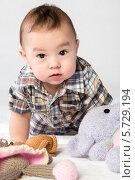 Купить «Маленький мальчик играет с мягкими игрушками», фото № 5729194, снято 14 апреля 2013 г. (c) Losevsky Pavel / Фотобанк Лори