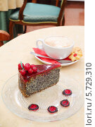 Купить «Торт и чашка кофе на столе», фото № 5729310, снято 22 мая 2013 г. (c) Losevsky Pavel / Фотобанк Лори
